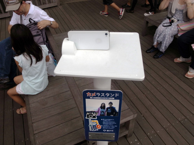 Public Camera Stand Lets Tourists Take Snapshots of Themselves