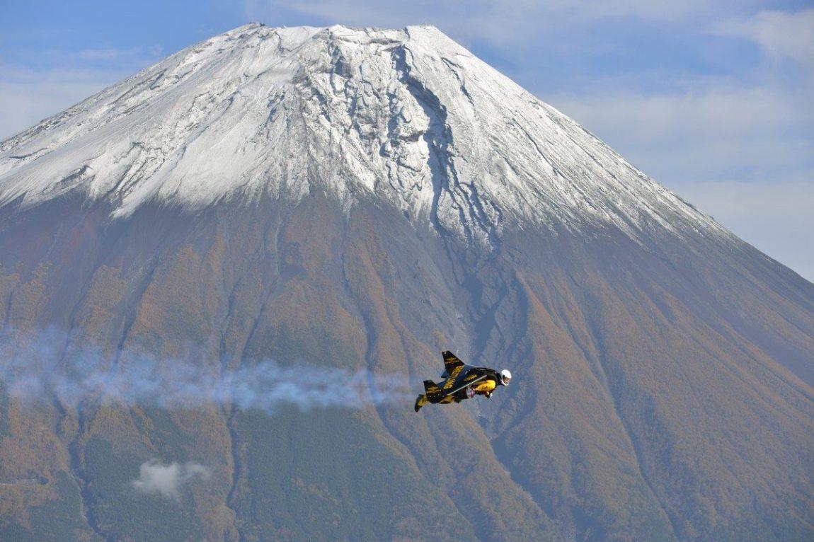 Jetman flies around Mount Fuji