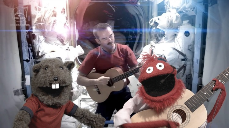 Chris Hadfield and the Glove and Boots Puppets Sing David Bowie's 'Space Oddity'