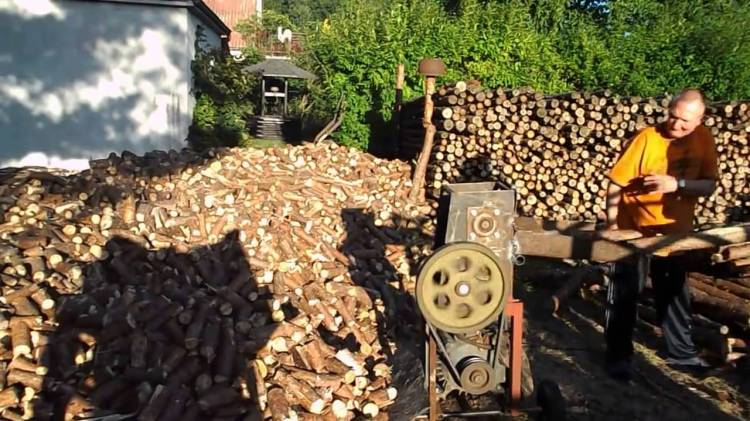 Machine Effortlessly Chops Wood Into Functional Chunks