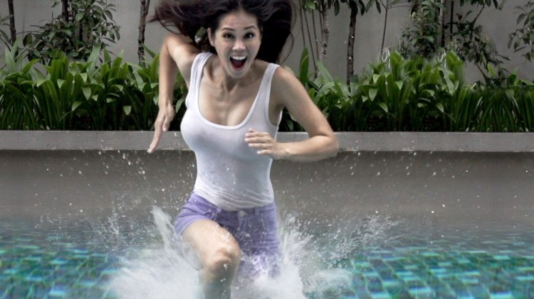 People Running And Dancing On A 2,100-Gallon Non-Newtonian Fluid Pool Of Cornstarch -5552