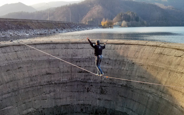 Daredevils Walks Across Reservoir Drain via Slackline