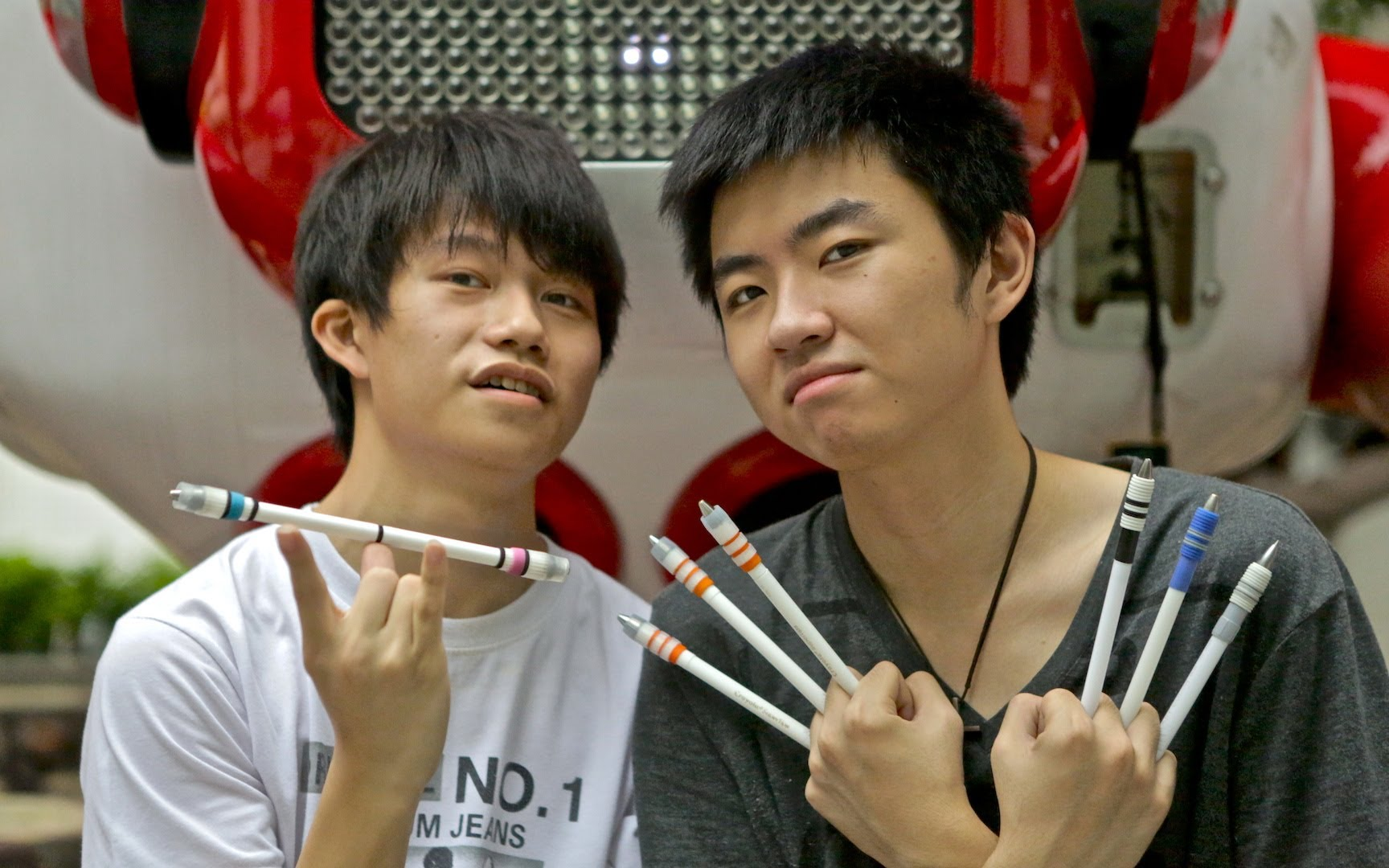 'Epic Pen Spinning', Writing Instrument Manipulation Turned Into an Art Form