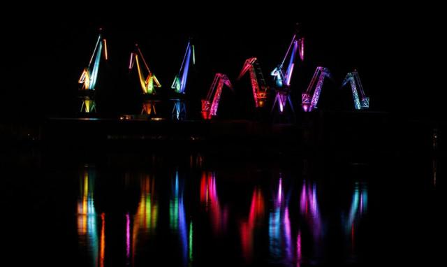 skiras-illuminated-shipyard-cranes-look-like-orgami-in-the-sky-designboom-02