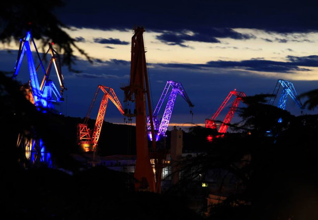 skiras-illuminated-shipyard-cranes-look-like-orgami-in-the-sky-designboom-07