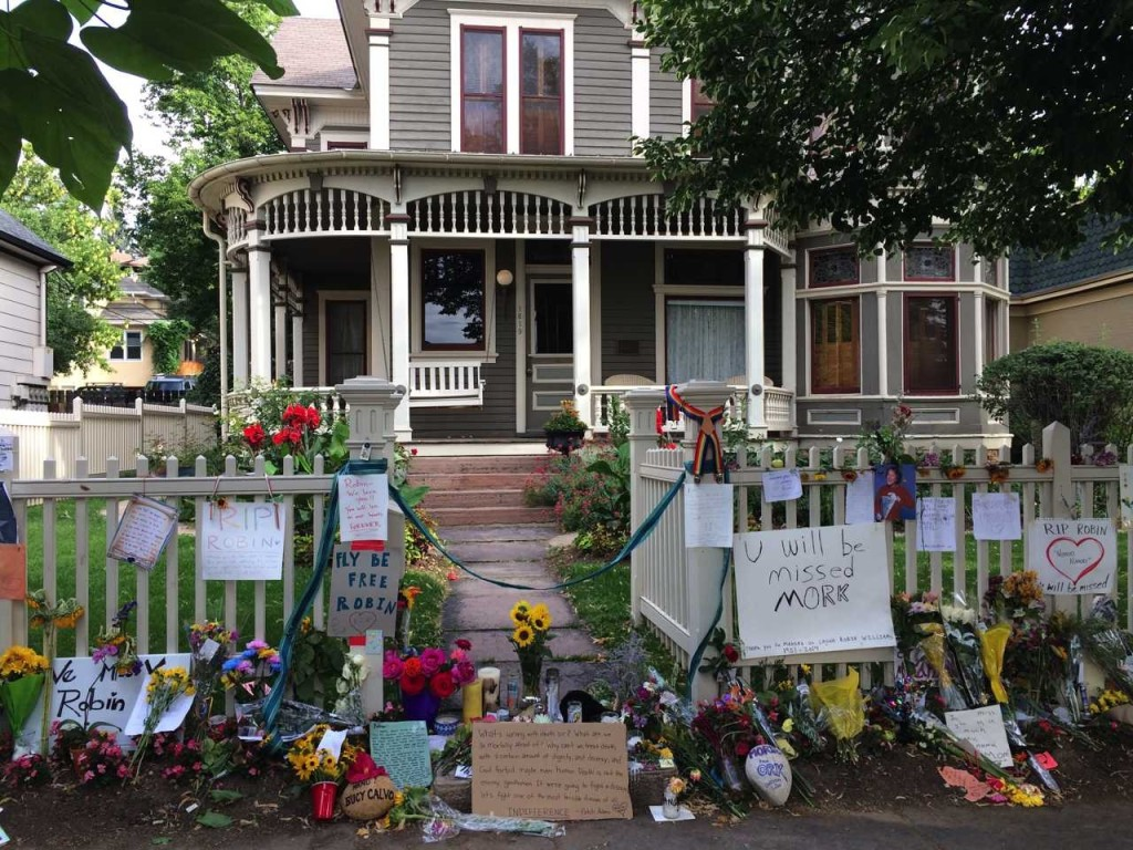 Fans Create a Beautiful Memorial for Robin Williams at the 'Mork & Mindy' House in Boulder, Colorado