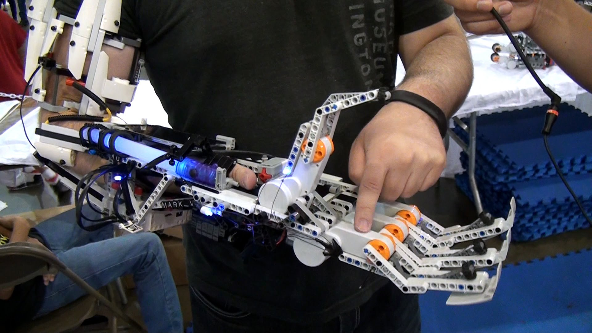 Как сделать руки лего роботу
