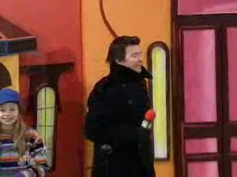 Rick Astley Does Live Rickroll At Macy's Thanksgiving Day Parade