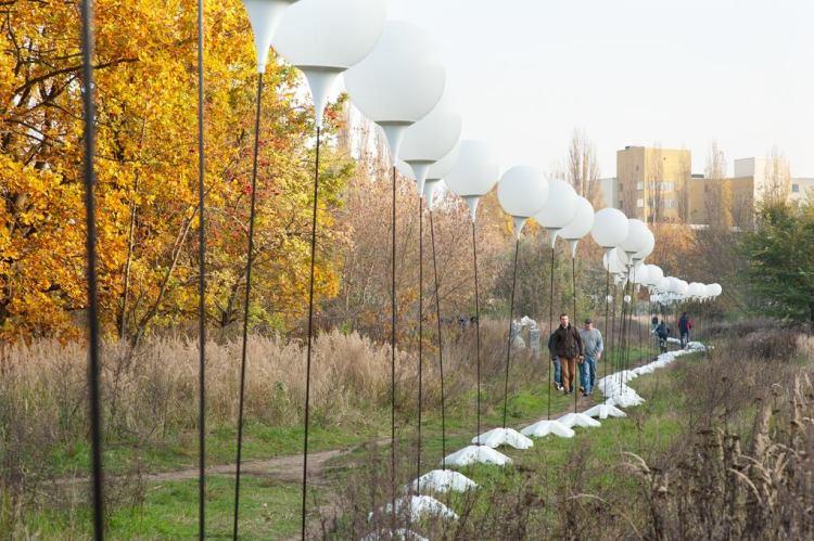 LICHTGRENZE Berlin Wall Balloon Installation