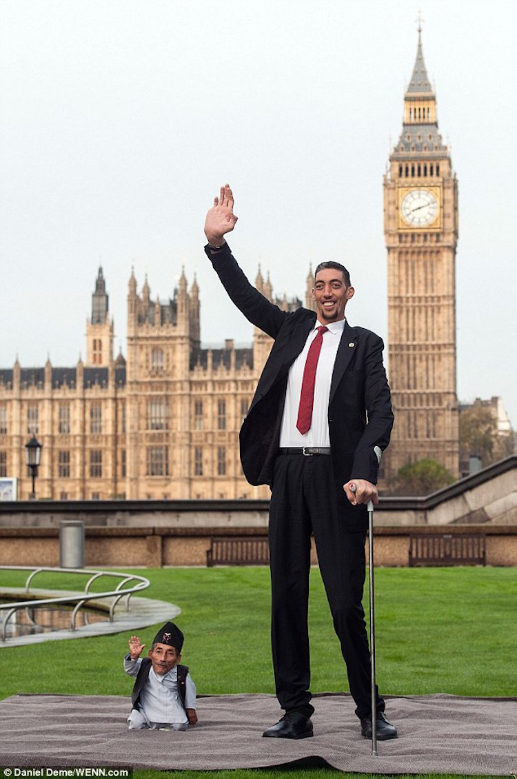 World's Tallest and Shortest Men Waving