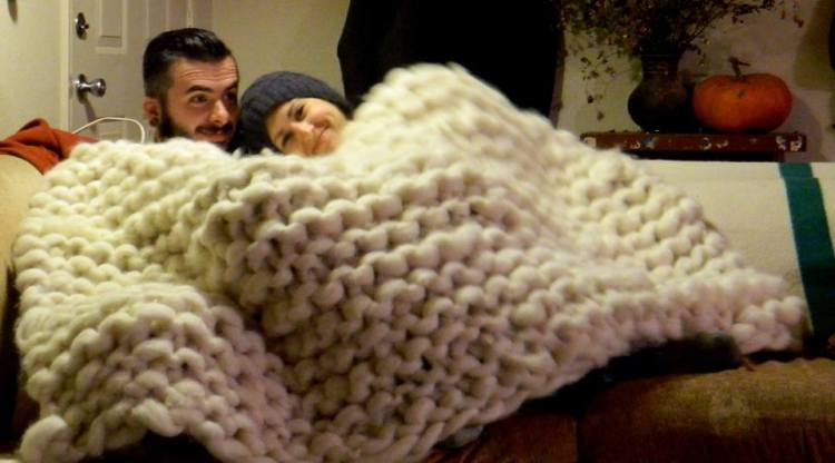 Reddit Knitting Needles : Knitter makes a giant blanket with rope thick wool yarn