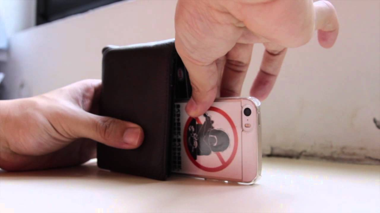 How to Use a Wallet as a Simple Smartphone Camera Tripod