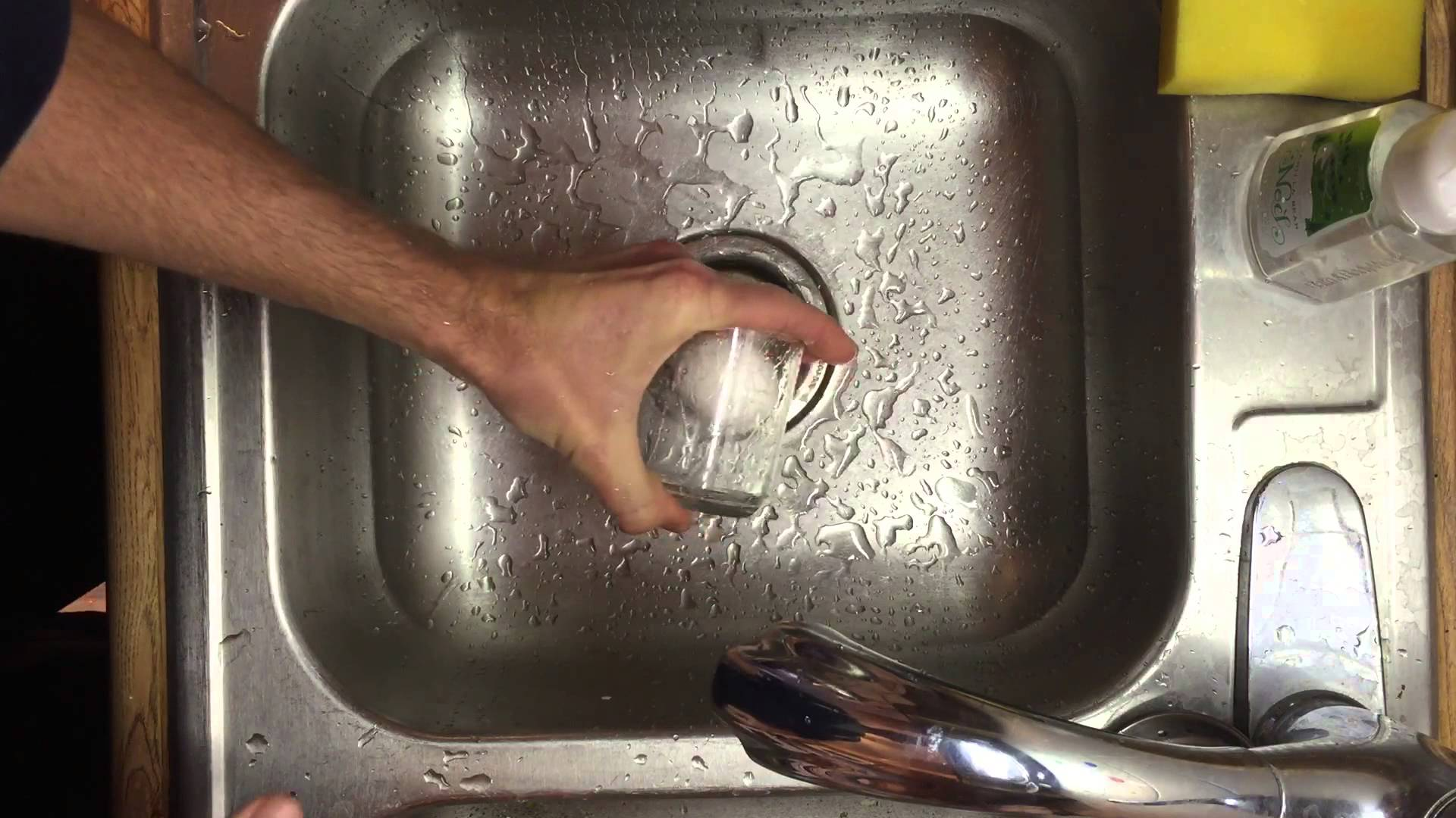 An Extremely Simple Method for Peeling a Hard-Boiled Egg in Seconds Using a Small Glass of Water