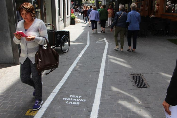 Text Walking Lane 1