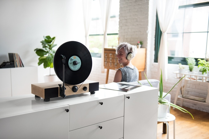 The Gramavox Floating Record, A Beautifully Designed Turntable That Holds and Plays Records Vertically
