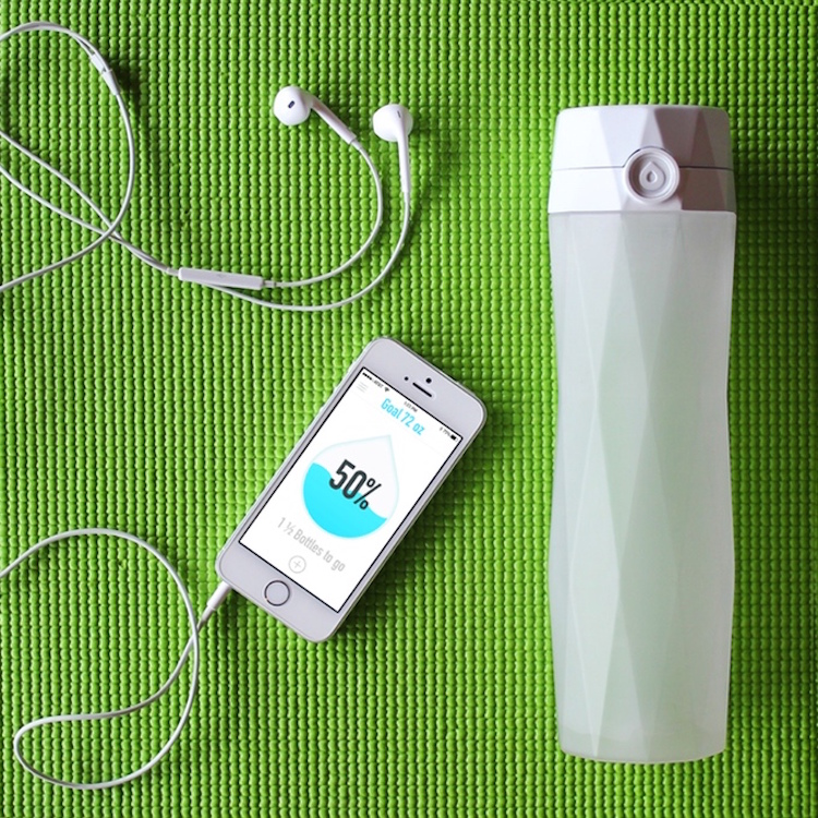 HidrateMe, A Refillable Smartphone-Connected Water Bottle That Reminds the User to Hydrate