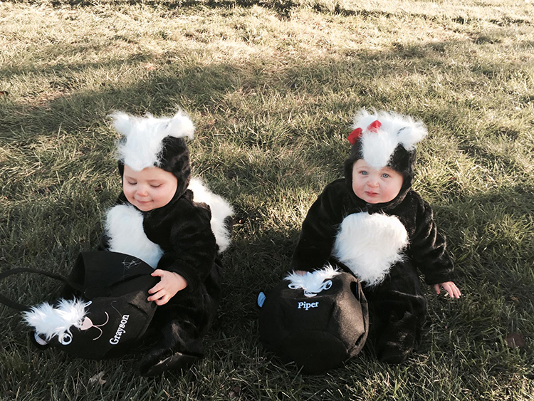 e3807fe5d9ad4 Parents Dress Their Adorable Twin Babies in Skunk Costumes for the ...