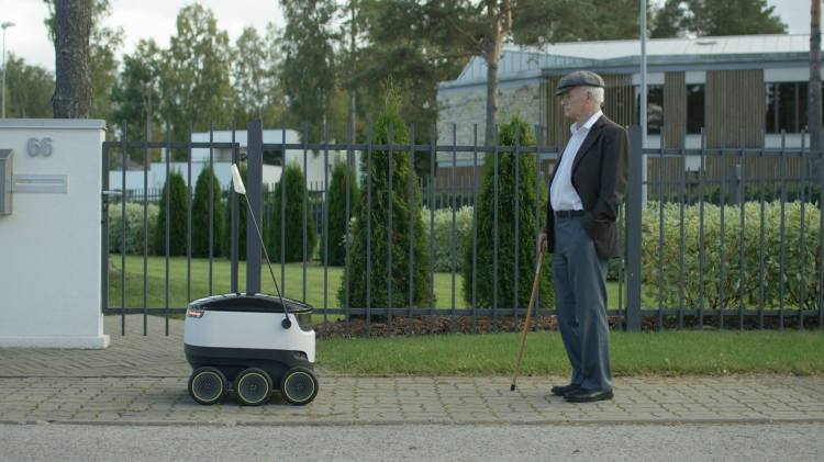 Man comes face to face with Starship Technologies robot