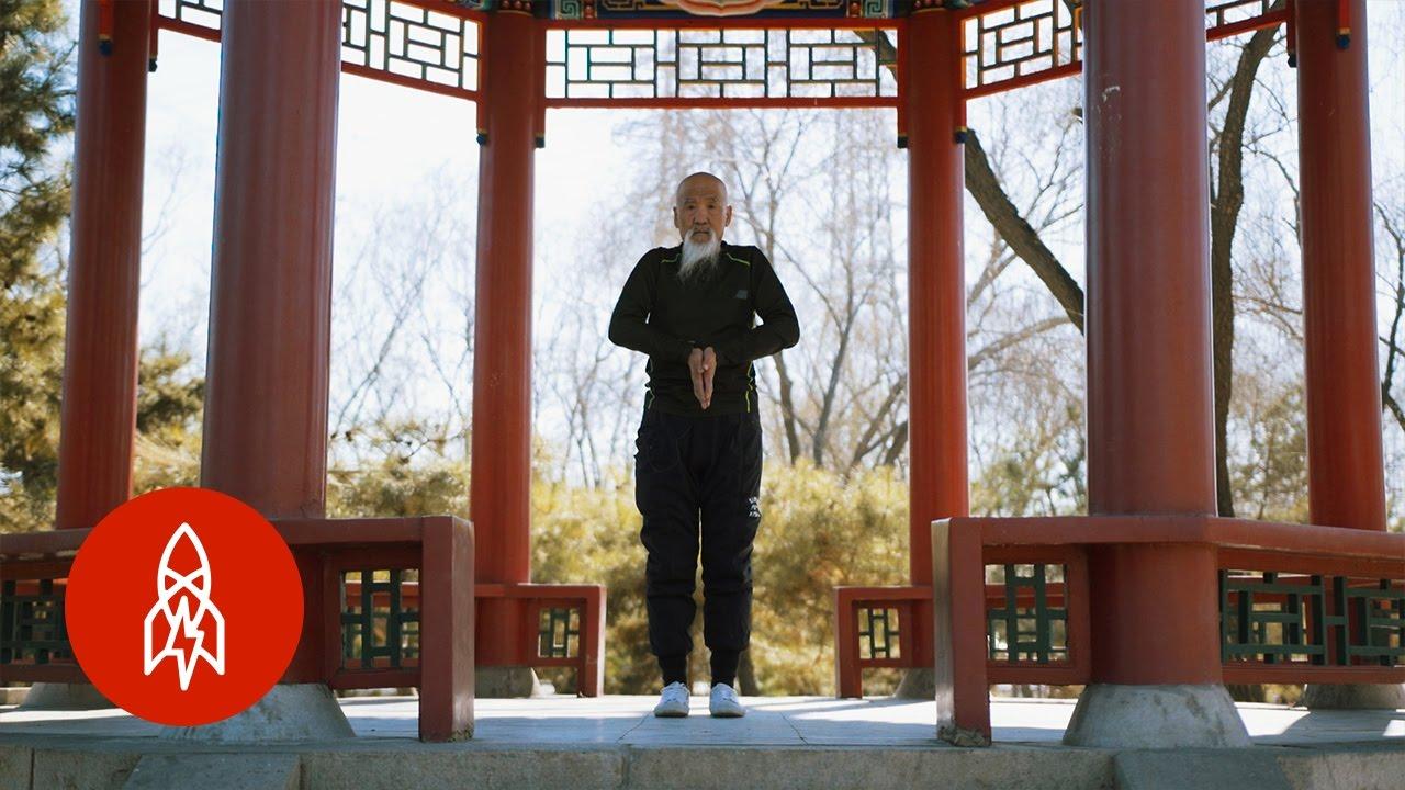 70-Year-Old Kung Fu Master Li Liangui Demonstrates the Body Contorting Art of Suogugong