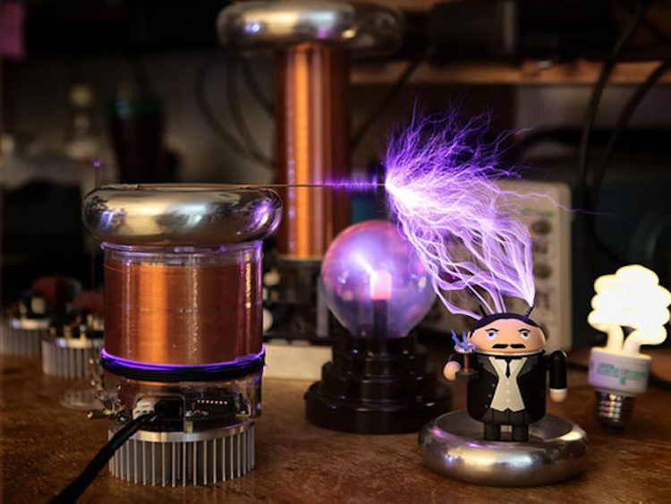 tinyTesla, A Wonderful DIY Miniature Tesla Coil Kit That Safely Shoots Sparks In Time to Music