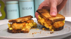 How to Make a Tasty Tater Tots Scrambled Egg Sandwich