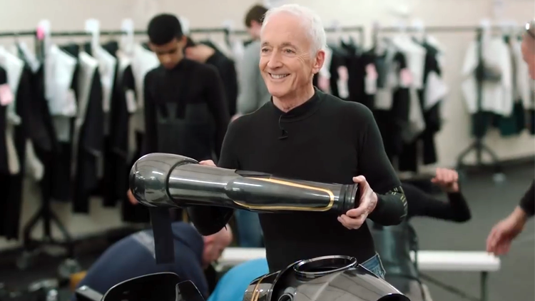 Anthony Daniels (C-3PO) Takes Actors to Droid School in a Star Wars: The Last Jedi Featurette