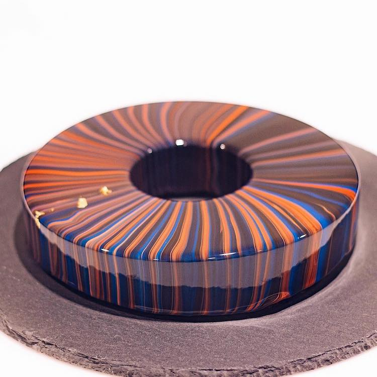 Beautiful Mirror Cakes and Pastries That Gleam Like Glass With the Creative Use of Reflective Icing