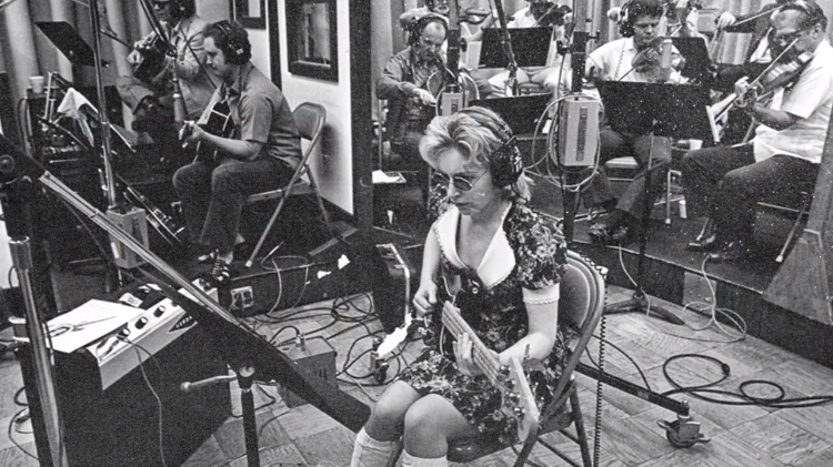 How Prolific Session Musician Carol Kaye Created Some of Music's Most Iconic Guitar and Bass Lines
