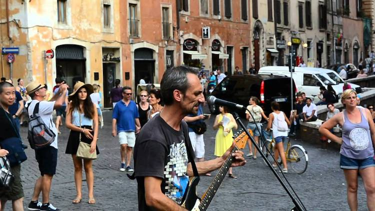 Street Musician Performs Brilliant Covers of Classic Pink Floyd Songs In Front of the Pantheon in Rome