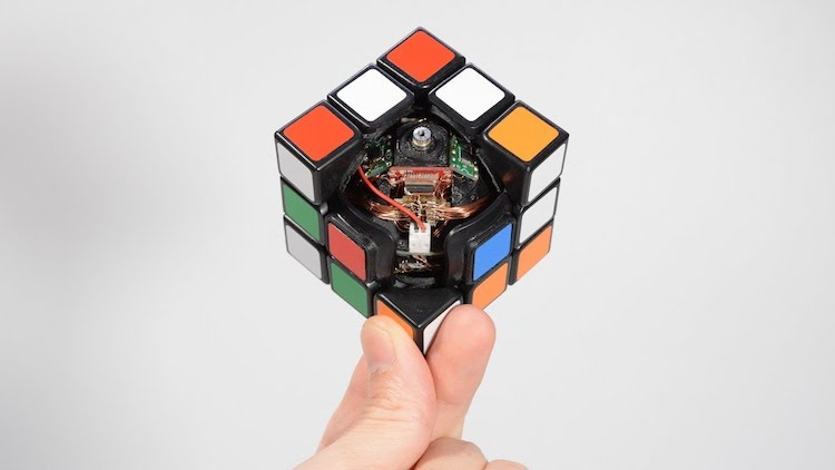 A Very Clever Robotic Rubik's Cube That Solves Itself