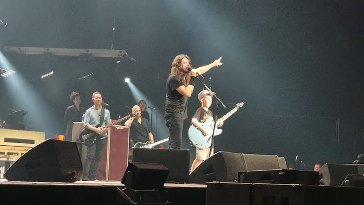 An Impressive 10 Year Old Guitarist Joins the Foo Fighters On the Stage to Play Some Metallica Songs