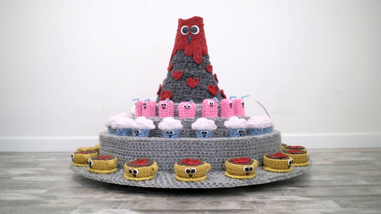 A 3D Printed Yarn Zoetrope With Crocheted Characters That Fill Coffee Cups With Love for Valentine's Day
