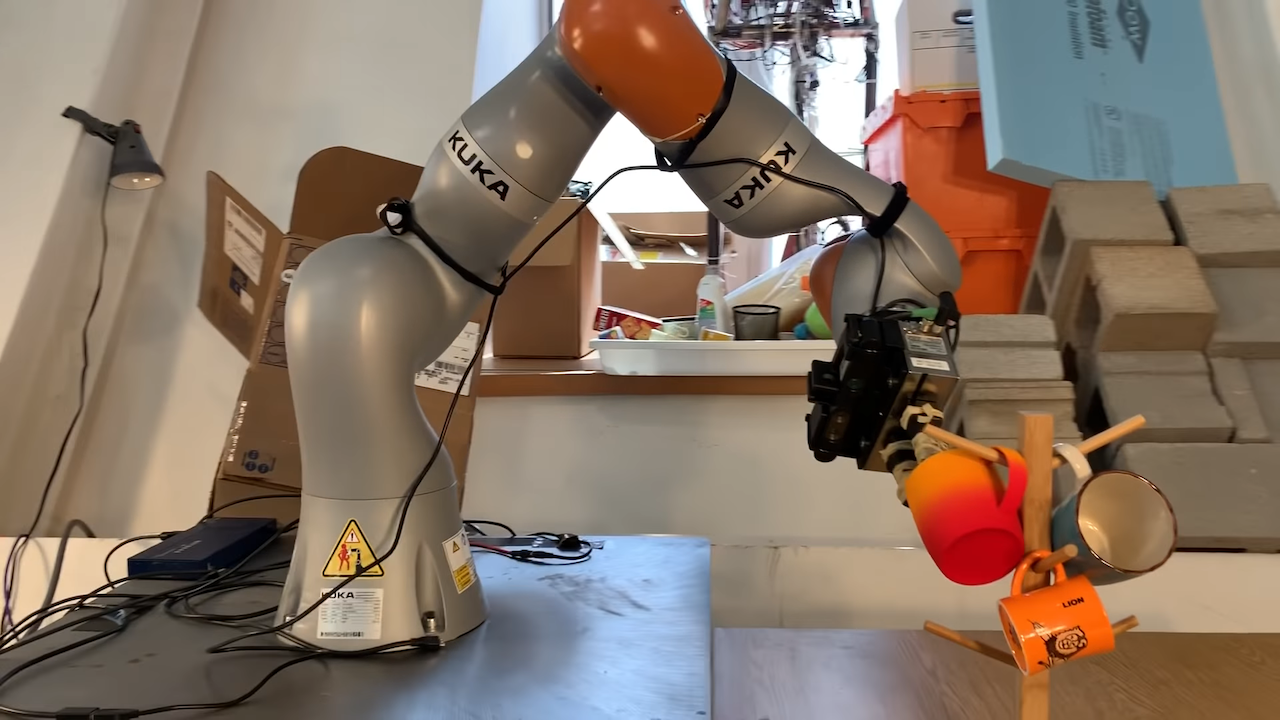 A Robotic Arm That Picks Up Unfamiliar Objects With Great Precision and Places Them Where They Belong