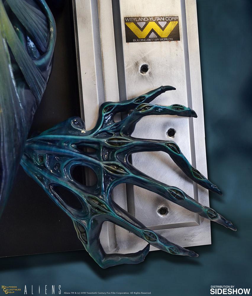 Alien Queen Sculpture Claw Down