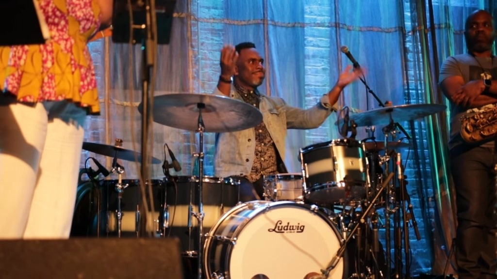 Drummer Teaches Chicago Audience to Clap in Time