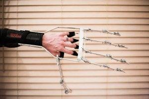 Giant wearable mechanical hand by Ivan Owen