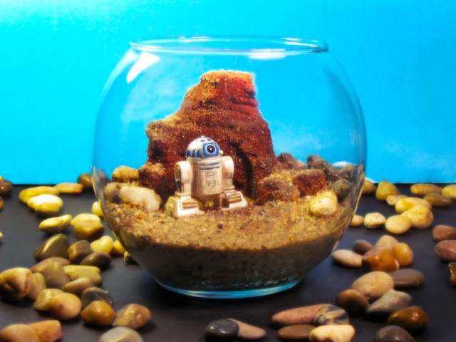 Mini R2D2 on Tatooine - Star Wars Terrarium World by Tony Larson