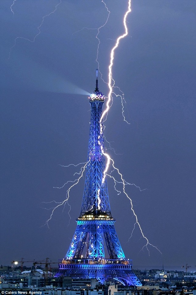 lightning-eiffel-tower