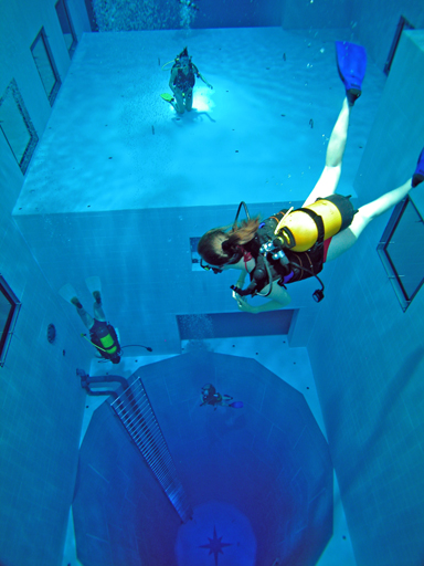 Nemo 33 the world 39 s deepest pool - How deep is the average swimming pool ...